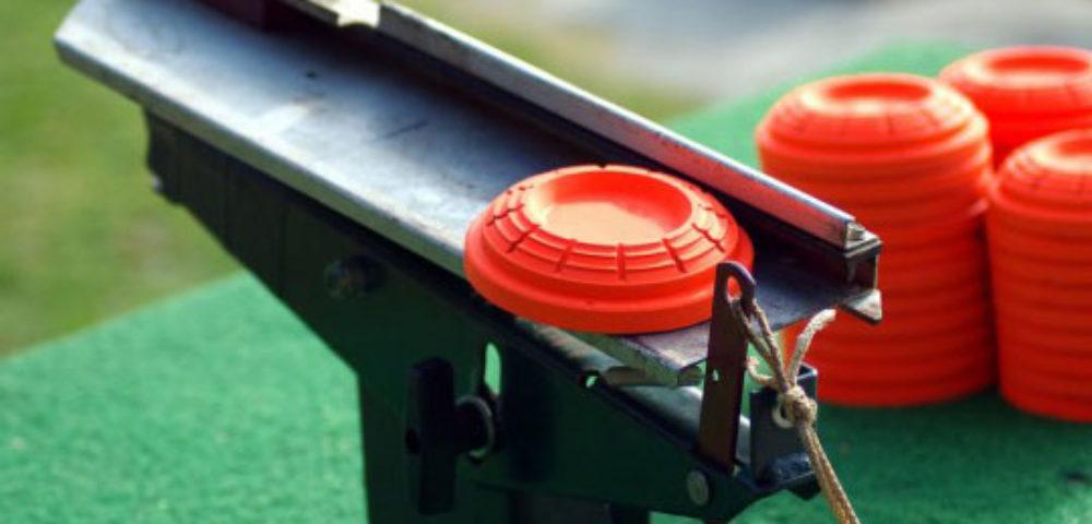 Maquina del tiro al plato cargada con plato